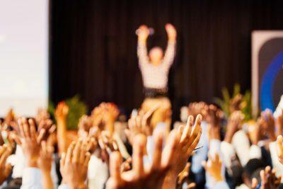 Influențărul, studenții și decanul – Episodul 2, Cursul de fericire